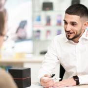 Mitarbeiter beim Kundengespräch